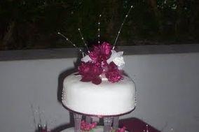 Torta de tres pisos con flores moradas