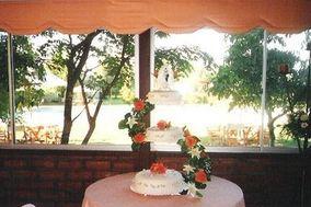 Mesa con torta de color