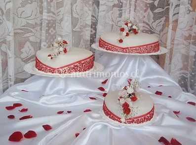 Tortas rojas con blanco para bodas