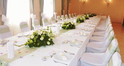 Mesa puro blanco con ramos de flores
