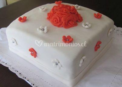 Torta con flores rojas y blancas