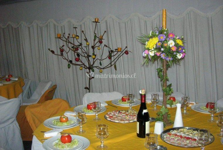 Mesa con los platos servidos