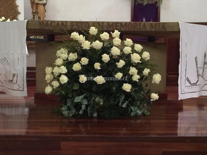 Arreglo altar rosas blancas