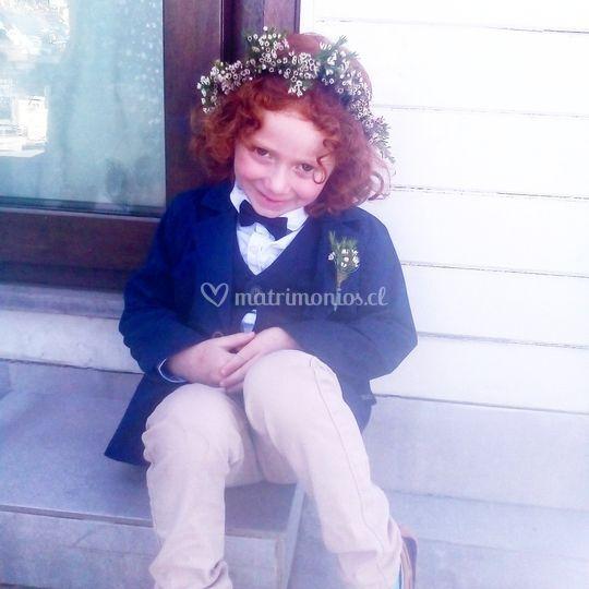 Niño con boutonniere y corona.