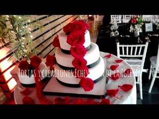 Sutil decoración en costados y rosas