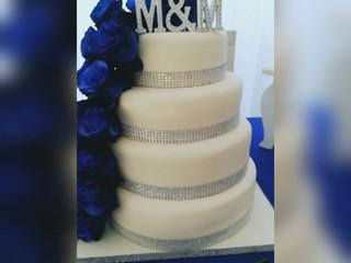 Rosas azules y decoración plata