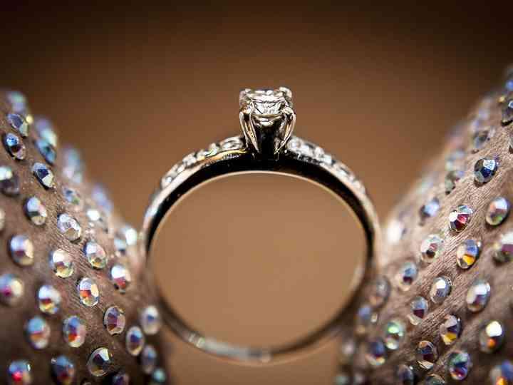 paquete elegante y resistente mayor selección mejor coleccion 40 anillos de compromiso solitarios para una pedida de mano ...