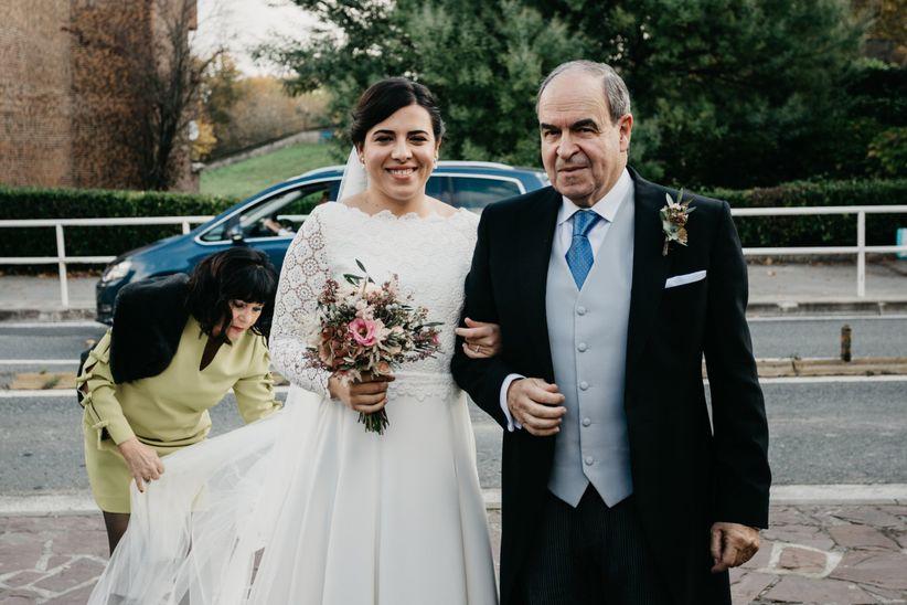 quién entrega a la novia en el altar?