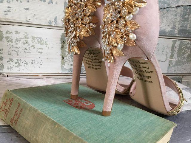 Unos zapatos de matrimonio con un emotivo y especial mensaje