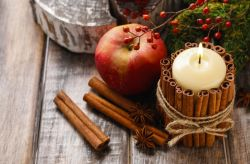 Decora tus velas con canela para aromatizar tu matrimonio