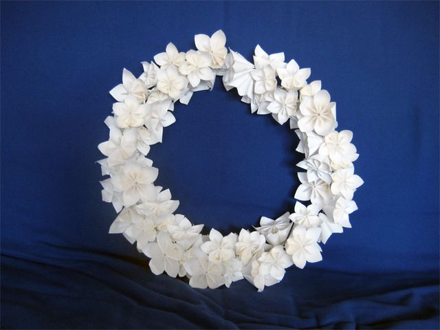 DIY: Corona de flores de papel para decorar tu matrimonio