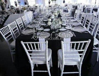 Decoracion en manteleria negra y sillas chivari blancas - 1