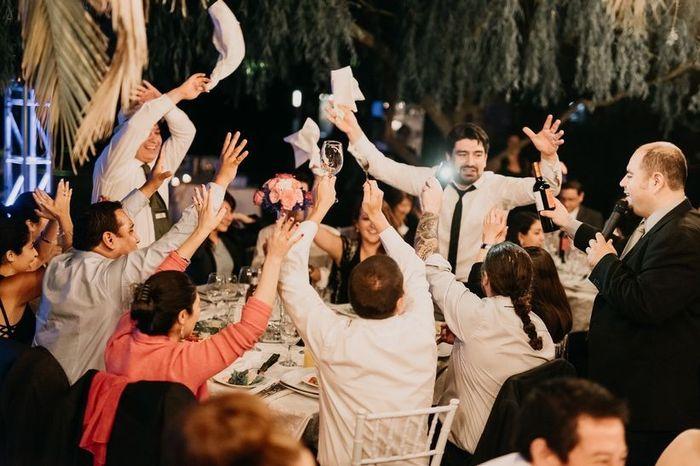 🥳Completa la frase y llévate las CHAPITAS: El número de invitados es... 3