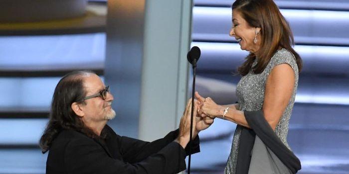 Director ganador de Emmy pide matrimonio a su novia en pleno discurso 1