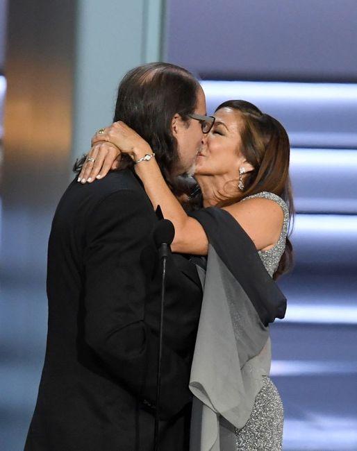 Director ganador de Emmy pide matrimonio a su novia en pleno discurso 2