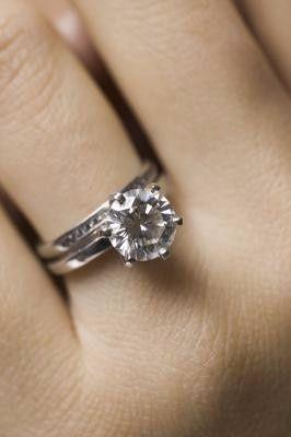 f5356bd62cc3 Forma tradicional de usar argolla anillo compromiso