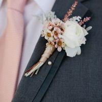 Que usará el novio: ¿boutonniere o pañuelo?