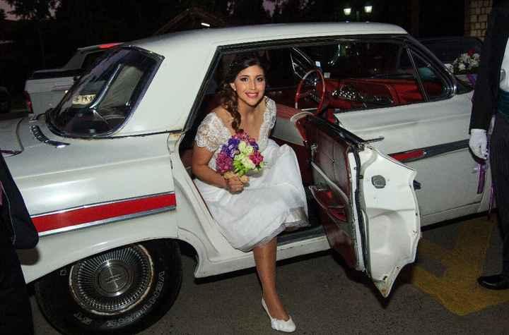 Llegando a la capilla, Auto clásico Chevrolet Impala, Zapatitos bellos de El Baúl de la Novia