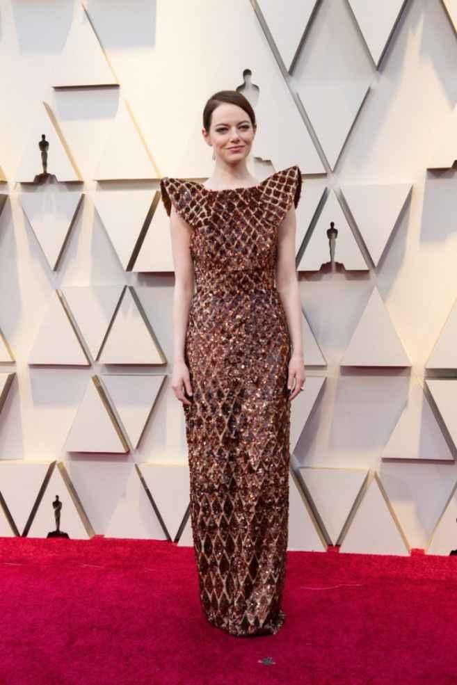 12. Emma Stone con vestido de lentejuelas y hombreras ultra marcadas de Louis Vuitton