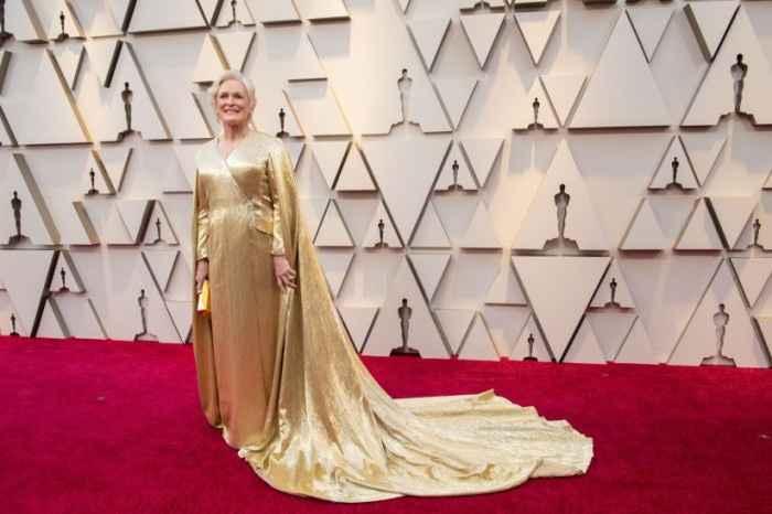13. Glenn Close con vestido dorado con capa diseñado por Wes Gordon para Carolina Herrera