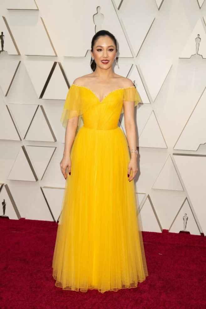 14. Constance Wu lució un vestido amarillo drapeado de Versace