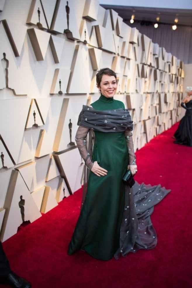 15. Olivia Colman con vestido verde con capa de Prada