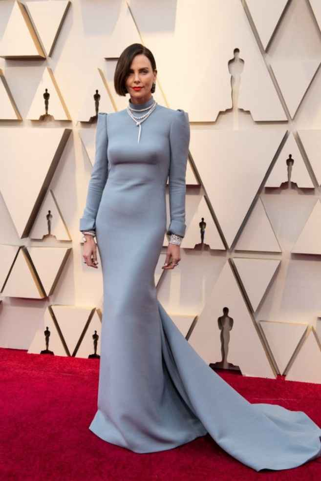 17. Charlize Theron lució un vestido azul empolvado con hombreras marcadas de Dior y joyas de Bulgar