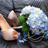 zapatos, ramo y tocado
