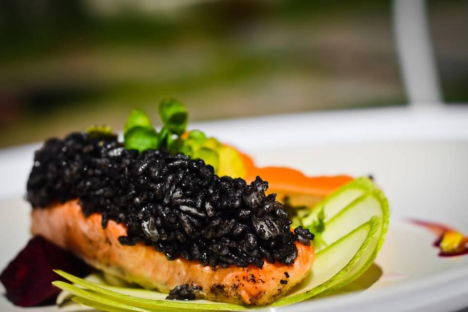 Salmón y arroz negro