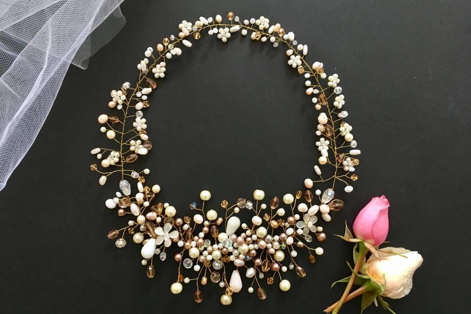 Corona de perlas y cristales