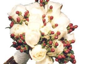 Ramo con rosas blancas y frutos rojos